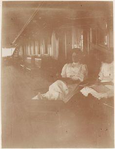 Empress Alexandra Feodorovna com Grand Duchess Olga Nikolaevna a bordo do Imperial Yacht Standart em 1908.