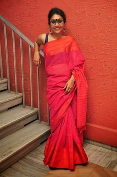 ByLoom Yesterday, there was this interesting conversation happening at a friend's page on a social media network. All about desi sty. Indian Blouse, Indian Sarees, Indian Wear, Byloom Sarees, Saree Models, Beautiful Girl Indian, Handloom Saree, Saree Styles, Indian Ethnic