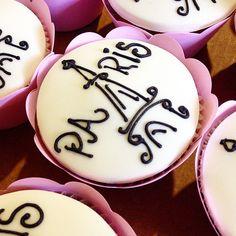 #cacaudeli #cakes #bolos #bolosbsb #bolosincriveis #doces #cupcakes #lembrancinhas #encontrandoideias #cakeboss #bemcasados #bemnascidos #brownie #conesrecheados #noivado #casamento #bodas #eventos #infantil #15anos #aniversário #festa #chadefralda #chadepanela #chabar #paris #cupcakes #france Paris Cupcakes, Girl Cupcakes, Themed Cupcakes, Baking Cupcakes, Yummy Cupcakes, Birthday Cupcakes, Cake Boss, Cupcake Art, Cupcake Cakes