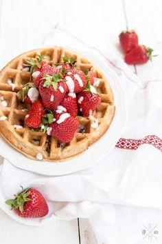 Kokos-Erdbeer-Waffeln | relleomein.de #milchfrei #erdbeeren #waffeln