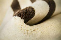 Detalle alfombra Indonepal Blanco-Negro. Alfombra de lana anudada a mano con un tratamiento especial que le da una sensación sedosa y agradable al tacto.  #alfombra #indonepal #decoración