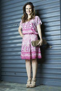 Hoje escolhi esse vestido da Amissima que é a cara do verão! Soltinho e leve com essa estampa de lenço que está super em alta. Como ele já é todo estampado, não quis exagerar nos acessórios, por isso escolhi a sandália e a bolsa na cor nude. Se inspire no look e faça você mesma sua combinação!! CRÉDITOS vestido: Amissima foto: Bruno Pavao