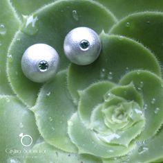Aretes de plata elaborados a mano con textura satinado y dos zircon verdes. Sterling silver handmade earrings with satin texture and two green zircons.