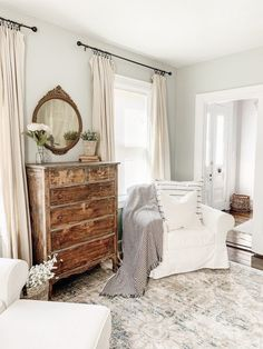 How to choose the perfect farmhouse style paint color! The best paint colors from Sherwin Williams and Benjamin Moore. Farmhouse Style | Joanna Gaines | Modern Farmhouse | Interiors #paint #homedecor #farmhouse #fixerupper