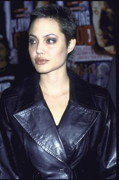 24 Iconic Buzz Cuts, From Sinead O'Connor to Kristen Stewart - Angelina Jolie–and 22 other women who completely nailed the buzz cut - Angelina Jolie Joven, Angelina Jolie Short Hair, Angelina Jolie Young, Angelina Jolie Pictures, Shiloh Pitt, Brad Pitt, Buzz Cut Women, Buzz Cuts, Buzz Cut Styles
