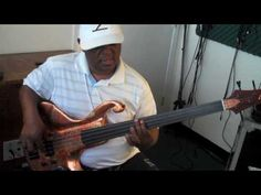 Paul Simon's Graceland Fretless Basslines Lesson by South African virtuoso Bakithi Kumalo.   He is playing an ANSIR Avandaro bass through an SVT Mic Pre and a Thunderfunk amp.