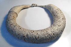 Agnes WO - paper neckpiece - - Hoy he pasado por el taller de Agnès WO (http://www.alphaarttrade.com/agnes-wo-joyeria/) y no me he podido contener de fotografiar sus collares de papel. Son espectaculares, verdad?