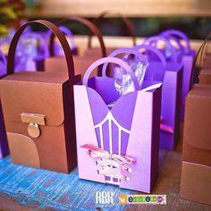 Sacolinhas para presentear as crianças que eu fiz para o tema Rapunzel. Fez muito sucesso na festinha da minha filha, estão à venda na minha loja virtual: www.elo7.com.br/scrapisa no álbum festa Rapunzel. #festarapunzel #tangled #partytangled #partyideas #rapunzel #flynnrider #festaparacrianca