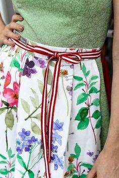 Wunderschöne Dirndlschürze aus bedruckter Baumwolle mit Blumen. Die Schürze wird mit einem rot-weiß-rot Band gebunden. Outfit, Printed Cotton, Red Ribbon, Scarves, Flowers, Woman, Clothing, Clothes, Outfits