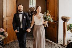 Was eine wunderschöne und entspannte Hochzeit im Deidesheimer Paradiesgarten. Habt ihr schon mal so stylische Hunde gesehen? Da muss man ja aufpassen, dass sie dem Brautpaar nicht die Show stehlen. #hochzeitsfotograf #hochzeitsreportage #hochzeit2021 #hochzeitsplanung2022 #destinationwedding #brautpaarshooting #afterweddingshooting #brautkleid #hochzeitskleid #thetruebride#weddingreels Bridesmaid Dresses, Wedding Dresses, Couples In Love, Wedding Trends, Photography, Style, Fashion, Laid Back Wedding, Wedding Abroad