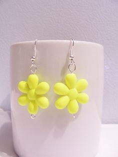 Bright neon yellow retro 80's plastic daisy earrings by SparkleandComfort