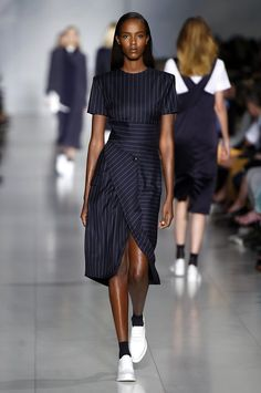 Návrháři značky DKNY povýšili ponožky na módní doplněk. K šatům a  polobotkám si je klidně 0cf700e3922