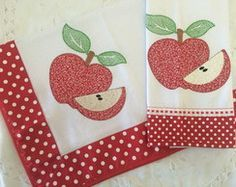 Kit Toalha Chá Patchwork Pano prato maça Patch Quilt, Applique Quilts, Applique Designs, Embroidery Designs, Quilting Projects, Sewing Projects, Cute Owls Wallpaper, Red Dinnerware, Baby Sheets
