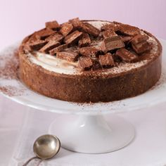 Bar-one Cheesecake, looks very yummy Yummy Things To Bake, Elegant Birthday Cakes, Yummy Treats, Yummy Food, Sweets Recipes, Desserts, Decadent Cakes, Sweet Tarts, How Sweet Eats