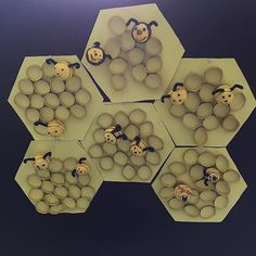 Sind diese Bienenwaben  nicht schön geworden?! Man braucht lediglich gelbes Tonpapier das als Sechseck zugeschnitten wird, die Waben werden aus Toilettenrollen geschnitten und aufgeklebt. Die Bienen werden aus Styroporkugeln gefertigt. #essummt #bienen #bienenwaben #kunst #basteln #bastelnmitkindern #summsummsumm #bastelidee #einebienesummtherum #kinderkunst #froileinkunterbunt #froileinskunterbunt