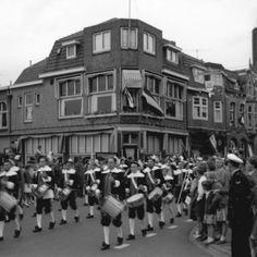Trommelaars in een optocht t.g.v. het zevenhonderdjarig bestaan van Amersfoort als stad. Café De Wapenroem, Utrechtsestraat 49, hoek Achter de Utrechtse Poortwal.