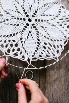 atrapasueños 41 Amazing Free People-Inspired DIY - Traumfänger mit Deckchen Bathroom From Over The M Mandala Au Crochet, Crochet Doilies, Flower Crochet, Lace Doilies, Diy Flower, Crochet Lace, Diy Projects To Try, Crochet Projects, Dreamcatcher Crochet