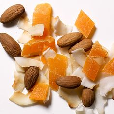 Make your own TROPICAL TRAIL MIX: 2 teaspoons coconut flakes, 6 raw almonds, and 2 teaspoons chopped dried mango. Lunch Snacks, Easy Snacks, Yummy Snacks, Healthy Snacks, Yummy Food, Healthy Recipes, Fruit Recipes, Summer Recipes, Healthy Cooking