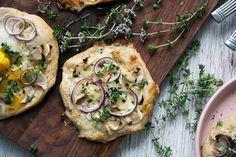 Pizza med jordskokker, timian og æg