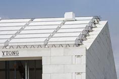 Strecha Ytong je ideálnou voľbou pri svojpomocnej stavbe domu. #rodinnydom #stavba #svojpomocne #stavebnymaterial #ytong #zdravebyvanie #vysnivanydom #modernydom #staviamedom #ytong #byvanie #rodinnebyvanie #modernydomov #architektura #strecha #kvalitnastrecha #masivnestrechy Garage Doors, Outdoor Decor, Home Decor, Decoration Home, Room Decor, Home Interior Design, Carriage Doors, Home Decoration, Interior Design