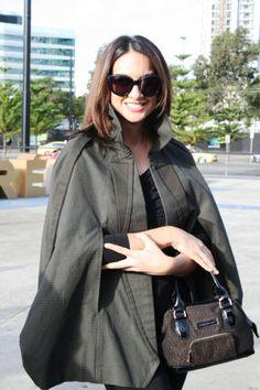 Nas ruas: fashionistas apostam em casacos-capa neste inverno. | Foto: WGSN