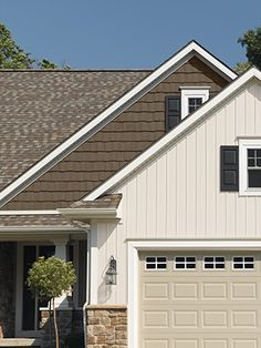 Best exterior siding options board and batten house colors 40 Ideas Cottage Exterior, Exterior House Colors, Exterior Design, Brick Cottage, Bungalow Exterior, Siding Cost, Exterior Siding Options, Cedar Siding, Wood Siding