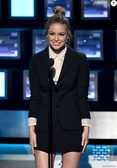 Melissa Benoist apostou em terninho Red Valentino e joias vintage Neil Lane no People's Choice Awards 2016, nesta quarta-feira, 6 de janeiro de 2016