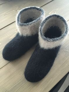 Her er et eksemplar av mine tova tøfler. Disse var artig å strikke, så det blir garantert flere par :) Noe mer behagelig å ha på kald... Felted Slippers Pattern, Mittens Pattern, Knitted Slippers, Crochet Toys Patterns, Stuffed Toys Patterns, Knitting Patterns Free, Free Knitting, Crochet Socks, Knitting Socks