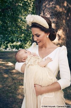 Prince Louis' Christening Photos Show the Royal Family All Gathered Together!: Photo Prince Louis' official christening photos are here - and the whole Royal Family is featured in the portraits! The portraits were taken last week during the christening,… Kate Und William, Prince William And Catherine, Prince Charles, Estilo Kate Middleton, Kate Middleton Style, Estilo Real, Clarence House, Princess Kate, Princess Victoria