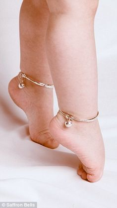 Is Una Healy's baby wearing BELLS around her ankles? Aoife Belle leads fellow celebrity babies in new jewellery trend Saffron Bells, silver anklets with tiny bells on how cute for a baby (and totally frivolous of course) Baby Jewelry, Kids Jewelry, Wedding Jewelry, Gold Jewelry, Stone Jewelry, Bracelet Bebe, Pearl Bracelet, Baby Schmuck, Anklet Designs