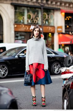 giulia baggini, streetstyle, printed skirt, flower skirt, versus a long sleeved turtleneck sweater.