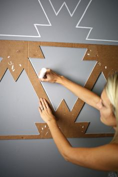 Fantastic wall painting idea. Easy and cheap! Make a statement wall with paint pens. The gray and white colors go especially well together.
