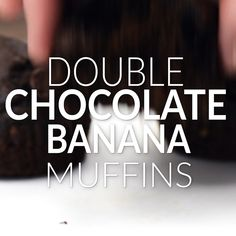 These double chocolate bananas muffins are ridiculously easy to make . and even easier to eat. Full of ripe bananas, brown sugar, cocoa powder, and dark chocolate chunks! Socially acceptable for breakfast, but decadent enough for dessert. Breakfast And Brunch, Breakfast Muffins, Banana Breakfast, Muffin Recipes, Brunch Recipes, Choco Torta, Chocolate Banana Muffins, Baking Chocolate, Chocolate Brown