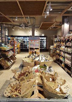 Zero Waste Shop, Carnicerias Ideas, Coffee Desk, Supermarket Design, Organic Market, Fruit Shop, Farm Shop, Store Displays, Shop Interiors