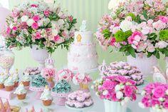 O chá de bebê da Helena foi comemorado com uma festa linda, produzida pela Jazz Assessoria! A decoração em tons suaves foi no tema ursas princesas, mais de