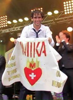 Mika mit Banner Caribana Festival