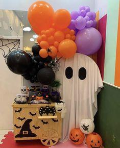 Homemade Halloween Decorations, Halloween Home Decor, Halloween House, Halloween Party, Halloween Balloons, Adornos Halloween, Holiday Gifts, Mickey Mouse, Birthday