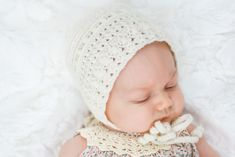 Classic Crochet Baby Bonnet - Free Pattern by Kirsten Holloway Designs - Make & Do Crew Baby Bonnet Pattern, Crochet Baby Bonnet, Baby Hat Knitting Pattern, Baby Hat Patterns, Baby Girl Crochet, Baby Hats Knitting, Beanie Pattern, Crochet Kids Hats, Crochet Fall