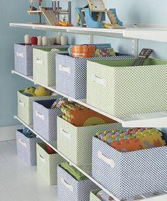 Prateleira com caixas organizadoras para brinquedos.