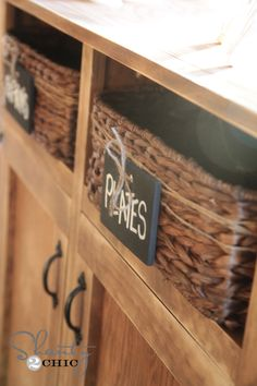 do this for baskets on bottom open shelf of buffet Diy Arts And Crafts, Diy Craft Projects, Home Projects, Craft Ideas, Kitchen Baskets, Laundry Baskets, Kitchen Ideas, Basket Labels, Chalkboard Labels