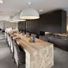 A traditional home has undergone a drastic makeover: all of the unnecessary elements were removed from the old house and the building was clad with a new insulated facade so that a clear, recognisable form would remain. The layout of the old house. High End Kitchens, Black Kitchens, Home Kitchens, Modern Kitchen Design, Interior Design Kitchen, Kitchen Decor, Nice Kitchen, Kitchen Time, Kitchen Wood