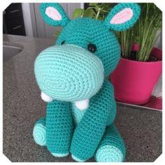 Gratis haakpatronen van Jess Huff | Een Mooi Gebaar Lion Crochet, Crochet Elephant, Crochet Amigurumi Free Patterns, Crochet Animal Patterns, Crochet Doll Pattern, Stuffed Animal Patterns, Cute Crochet, Crochet Crafts, Crochet Dolls
