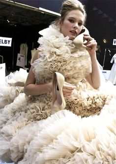 No big deal, but is a love each other, need to use antidote antidote to fan pour. World Of Fashion, High Fashion, Fashion Show, Glitter Wedding, Beautiful Gowns, Fashion Details, Dress To Impress, Ruffles, Wedding Gowns