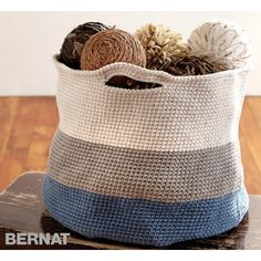 Free pattern Handy Basket in Bernat Maker Home Dec. Discover more patterns by Bernat at LoveKnitting. The world& largest range of knitting supplies - we stock patterns, yarn, needles and books from all of your favourite brands. Crochet Home, Crochet Yarn, Easy Crochet, Beginner Crochet, Yarn Projects, Crochet Projects, Bernat Yarn, Knitting Patterns, Crochet Patterns