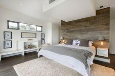 lambris mural en bois naturel dans la chambre blanche