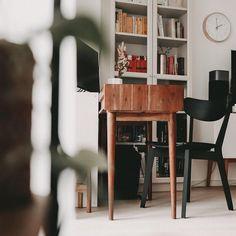 Arbeitsplatz im Wohnzimmer an kleinem Holzschreibtisch mit Bücherregal im Hintergrund und Pflanzen #Regram via @www.instagram.com/p/CJ9KXqzLVXp/ Instagram Posts, Workplace, Writing, Shelf, Plants, Sitting Rooms