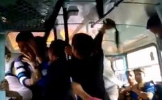 India, due sorelle resistono a tre molestatori su un bus. Il video diventa virale, loro eroine (video) | The Horsemoon Post