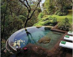 piscina com borda infinita para o verde