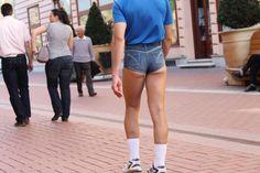 Erkekler için şort giymek bazen tartışmalı bir konu olsa bile sıcak yaz aylarında kaçınılmaz nimetlerden birisi. Fakat dikkat edilmesi gerekenler var. Bu dikkat edilmesi gerekenleri erkekler şort giyerken nelere dikkat etmeli olarak cevapladık. Yani erkekler için şort giyme rehberi. Tıklayın!