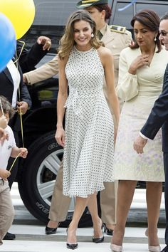 21 May 2018 - Queen Letizia visits Dominican Republic and Republic of Haiti (day Santo Domingo - dress by Carolina Herrera Classy Dress, Classy Outfits, Summer Wear For Ladies, Cocktail Vestidos, Style Royal, Day Dresses, Summer Dresses, Church Outfits, Queen Letizia